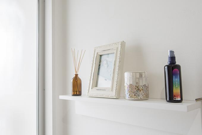 自然素材ならではの心地よい温もり。 屋根裏部屋からリビングルーム、ご主人が時間を忘れて塗った白漆喰と、奥様が選んだ木製の家具が作り上げる心地よい住まい。コテ跡で生まれた仕上がりの濃淡やムラが自然素材ならではであり、DIYならではです。